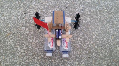 三年级的师生共同努力,创造了许多新颖的科技作品.图片